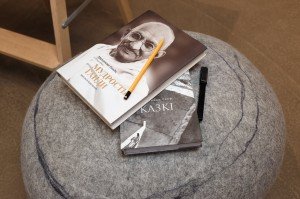 books-on-pouf